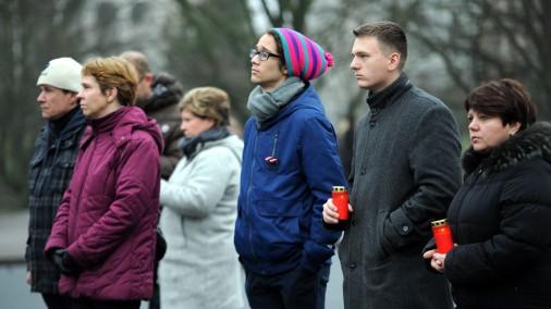 Cilvēki ar trīs minūšu ilgu klusuma brīdi laukumā pie Brīvības pieminekļa piemin lielveikala