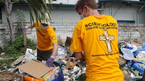 Scientologu baznīcas brīvprātīgie palīdz uzkopšanas darbos; ilustratīvs foto