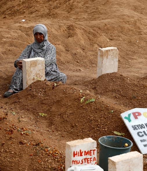Kāda māte sēro pie kritušā dēla kapa, ko nogalinājuši «Daesh»