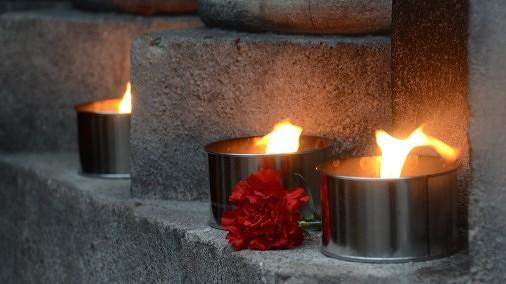 Sveces pie Rīgas Doma baznīcas, kur notiek atvadīšanās no Zolitūdes traģēdijā bojāgājušajiem