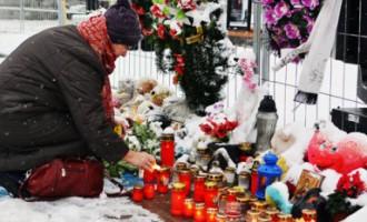 Diena pēc gada - deg svecītes, fotogrāfijas ar sēru lenti, mīļmantiņas apsnigušas ar sniegu