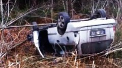 Grāvī pamests Opel - apzagts un nodedzināts, bet visiem vienalga...