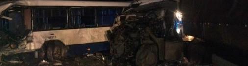 Autobusa un baļķvedēja sadursmē viens cilvēks gājis bojā, 11 cietuši