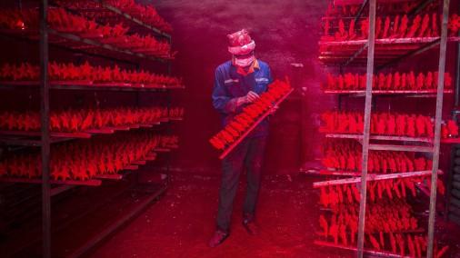 Patiesība par Ziemassvētku vecīša darbnīcu: Pilsēta Ķīnā, kas rada 60% pasaules rotājumu