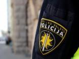 Aiztur vīrieti, kurš policijas iecirknī novieto spridzekļa mulāžu