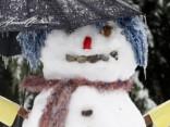 Jelgavā uz sliedēm uzcelts sniegavīrs; izsauc policiju