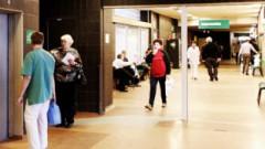 Sanitārs pa slimnīcas gaiteņiem vizina gandrīz kailas pacientes
