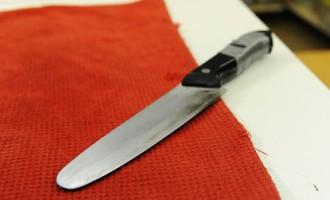 Rīgā tiesas sēdes laikā apsūdzētais izvilcis nazi un iedūris cietušā pārstāvim sejā
