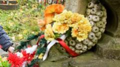 Ukrainā ticīgos mudina nenest uz kapiem plastmasas puķes