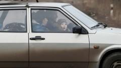 Atbrīvo automašīnā iesprostotu bērnu