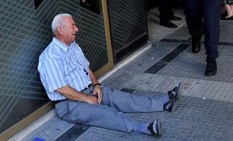 Grieķija: kad izmisums ir tik liels, ka vecam vīram pie bankas jāraud