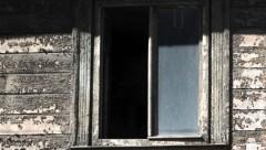 Vīrietis alkohola reibumā izkrīt pa otrā stāva logu