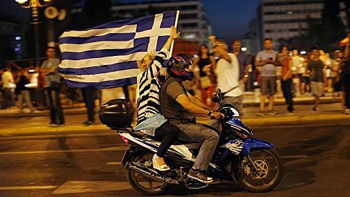 Grieķi svin. Referendumā nobalsots pret vienošanos