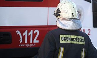19 ugunsdzēsēji joprojām cīnās ar ugunsgrēku mēbeļu ražotnē Imantā