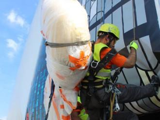 Alpīnisti no Rīgas Doma torņa smailes noceļ gaili un lodi
