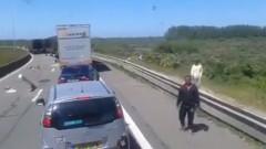 Imigranti Francijā sastrēgumā aplaupa uz ceļiem stāvošos auto un fūres