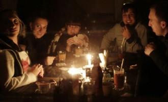 Krimā joprojām haoss - elektrības nav, uz ielām dala ēdienu