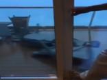 Video: Ellīgs brauciens - kruīza kuģa pasažieru panika vētras laikā
