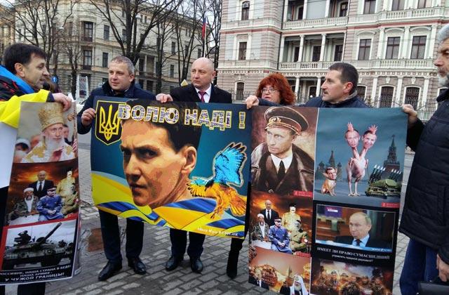 Акция в поддержку Савченко проходит под посольством РФ в Риге - Цензор.НЕТ 7703