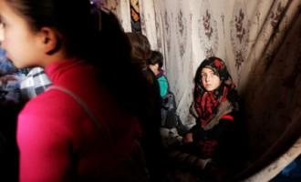 Foto: Mācības alā ierīkotā skolā Sīrijā