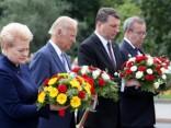 ASV viceprezidenta ziedu nolikšanu pie Brīvības pieminekļa vēro vairāki simti cilvēku