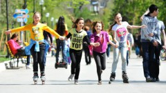 Skolēni no laukiem atgriežas Rīgā; policija brīdina autovadītājus