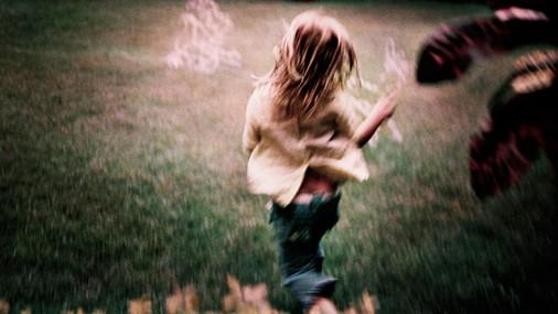 Tētis alkoholiķis publiski atvainojas meitai, kuru bērnībā sita un pameta