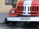 Rīgas centrā ugunsdzēsēju automašīnai nolūst ritenis
