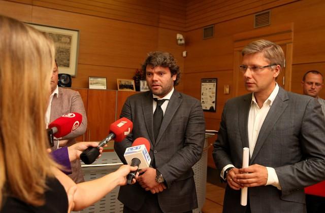 Satiksmes departamenta direktora pienākumu izpildītājs, departamenta vadītāja padomnieks, Ceļu satiksmes drošības direkcijas valdes loceklis Emīls Jakrins (no kreisās) un Rīgas domes priekšsēdētājs Nils Ušakovs