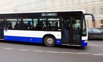 Kautiņš Rīgas sabiedriskajā transportā; policistiem nākas izmantot ieroci