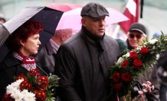 Vairāki simti cilvēku pie Brīvības pieminekļa piemin komunistiskā genocīda upurus