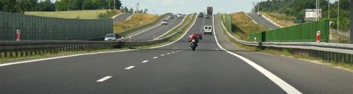 Pārgalvīgs motociklists aizbēg no policijas, vēlāk braucamo pamet
