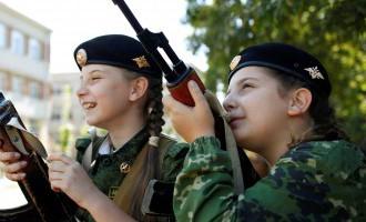 Krievu tuvcīņas federācija RD bērnu un jauniešu centrā trenējas ar mačetēm un šaujamieročiem