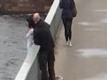 Garāmgājēji izglābj sievieti, kura gribējusi nolēkt no Vanšu tilta