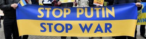 Uz protestu pret Krievijas agresiju Ukrainā sanākuši 40 cilvēki; pāri ielai bariņš ļaužu slavē Krieviju