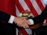 Makrons un Tramps ar rokasspiedieniem cenšas pierādīt, kurš ir «īstāks» vīrs