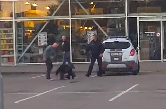 Policija skaidro policista iespējamo saistību ar dūru vicināšanu Bauskā