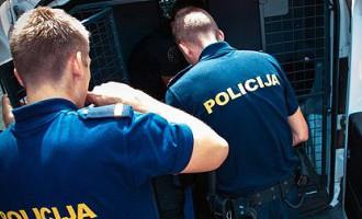 No amata atstādināti divi policisti saistībā ar iespējamo neiesaistīšanos kautiņa izšķiršanā Bauskā