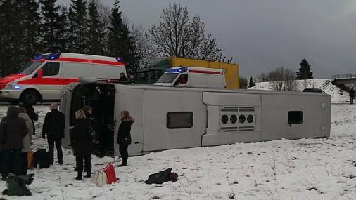 Netālu no Pērnavas avarējis pasažieru autobuss