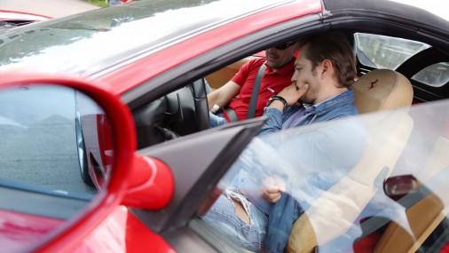 Lepers un Zommers sacenšas, braucot ar jaudīgām sporta automašīnām