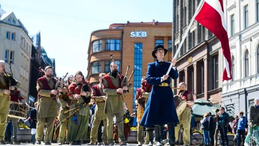Праздничное шествие в Риге в традиционных латышских костюмах