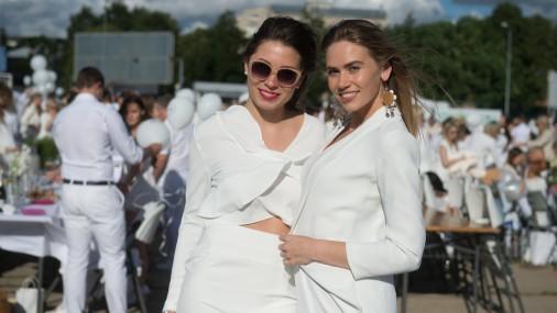 Белый стиль одежды и аксессуаров для пикника
