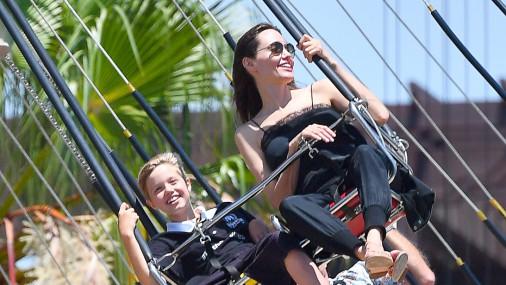 Как Анджелина Джоли отдыхает с детьми