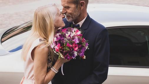 Латвийская пожилая пара растрогала свадебными фото