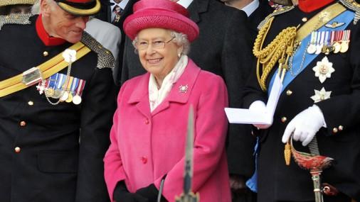 Королева Елизавета в розовом костюме - в честь дня рождения правнучки