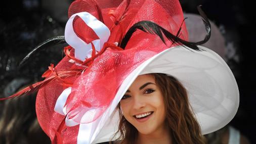 Одна краше другой: стильные шляпки на скачках в Англии