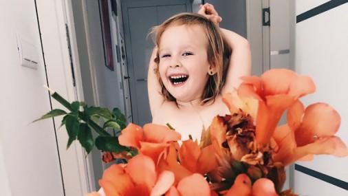"""Мама """"одевает"""" дочку в наряды из еды и цветов"""