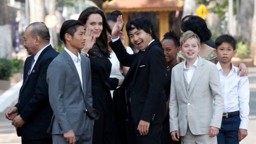 Анджелина Джоли со своими шестью детьми в Камбодже
