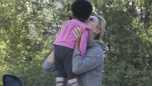 Актриса Шарлиз Терон на прогулке с дочкой