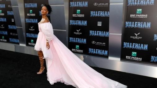 Рианна в нежном розовом платье